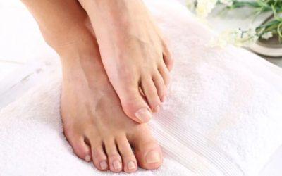 خلطات طبيعية لترطيب وعلاج تشققات القدمين